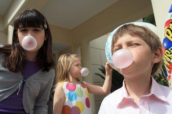 Что делать, если ребенок проглотил жвачку?