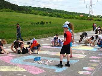 Разноцветный поезд длинной в 6 километров нарисовали дети