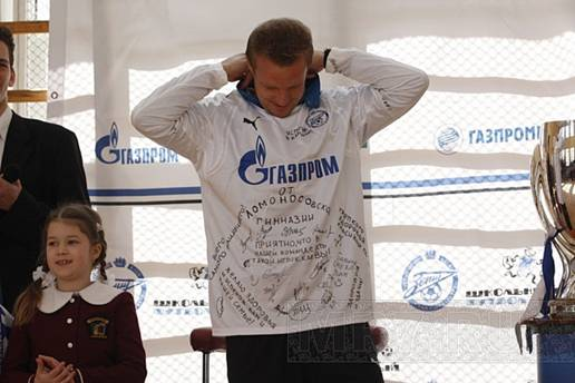 Дети расписались на футболке Вячеслава Малафеева