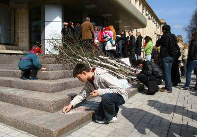 В Донецке дети протестуют против строительства гостиницы