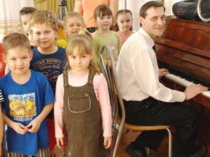 В детском саду дети слушают рок