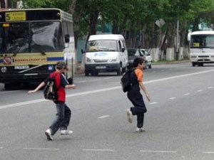 Чуть не закончилась трагедией игра детей на проезжей части в Приморье.