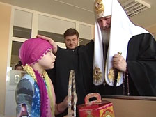 Патриарх Кирилл вручил больным детям ноутбуки
