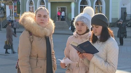 У драмтеатра школьники прочитали жителям Пензы стихи Лермонтова
