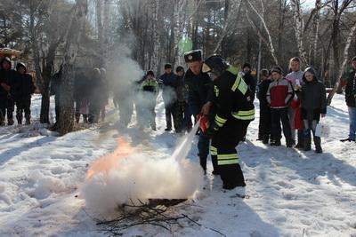 Тюменских школьников научили тушить пожары и бинтовать раны