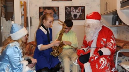 Сургутские студенты поздравили детей