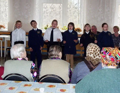 Ученики воскресной школы провели для ветеранов г. Кузнецка праздничный концерт
