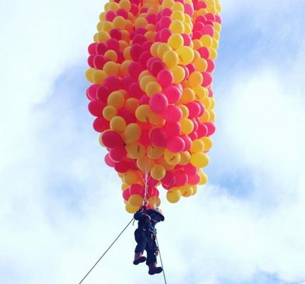 В Перми на гелиевых шарах в небо поднялись дети
