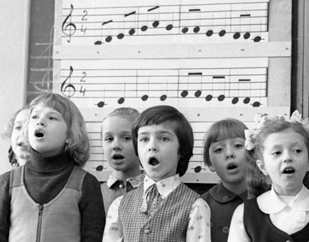Взрослые поют вместе с детьми