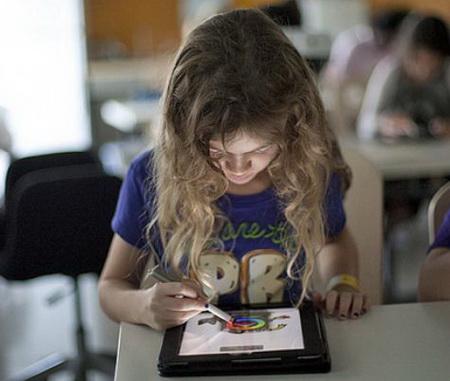 Причиной заболеваний шеи и спины у детей становятся планшеты