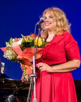 """Фонду """"Наши дети""""  Марина Оводкова передала деньги с благотворительного концерта"""
