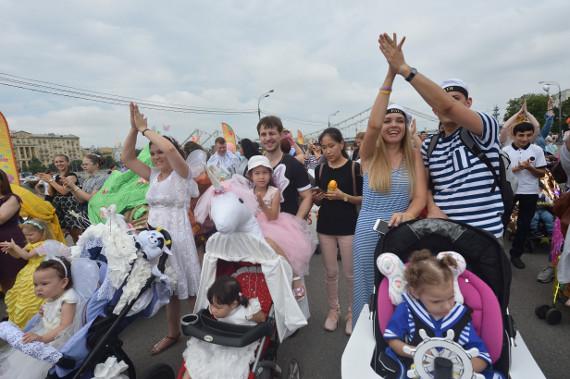 """Телеканал """"МАМА"""" с успехом провел шестой костюмированный Парад Колясок в Парке Горького"""