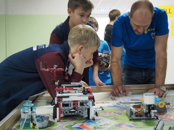 Компания LEGO наградила участников робототехнического фестиваля в Красноярске