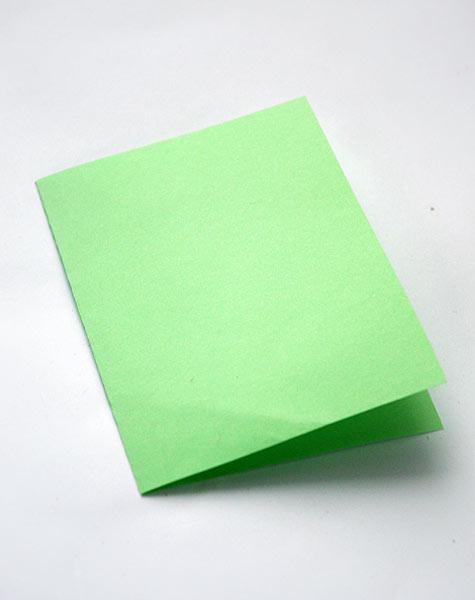 Согните лист бумаги пополам