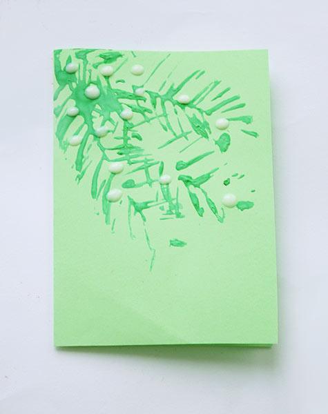 Выдавите клей в места, куда нужно приклеить шарики из бумаги и приклейте их