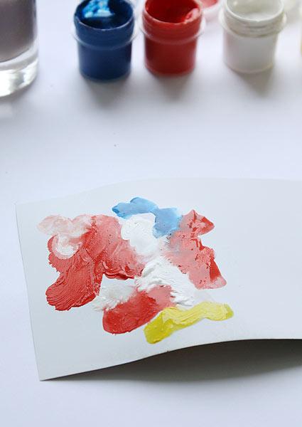 На одной стороне листа нарисуйте разноцветные пятна