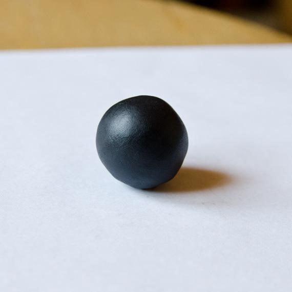 Слепите шарик из чёрного пластилина