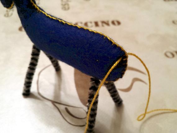 Привяжите нитки для того, чтобы сделать хвост