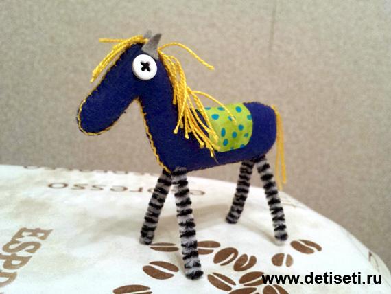 Синяя лошадь из фетра