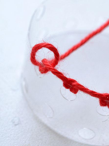Проденьте нитку и закрепите её через все дырочки
