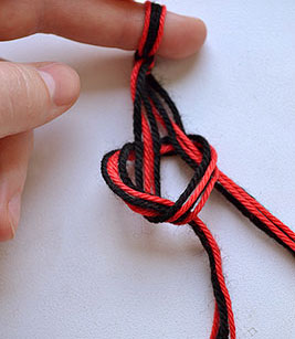 Завяжите нитки в узел