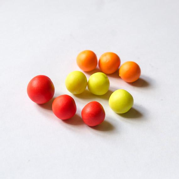 Слепите по 3 шарика каждого цвета. Один из красных - больше других