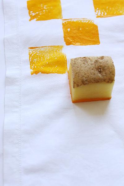 Налейте краску в тарелочку и, макая в нее картошку, отпечатывайте узор