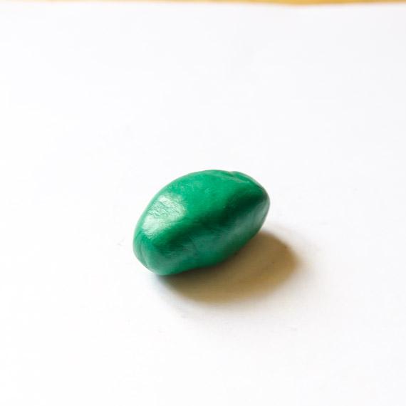 Из зелёного пластилина слепите продолговатое туловище