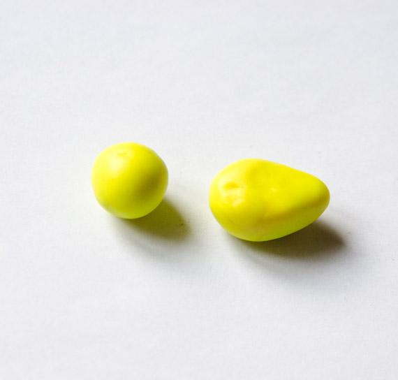 Из жёлтого пластилина скатайте шарик - голову нашего утёнка и продолговатое туловище, которое будет сужаться к одному концу
