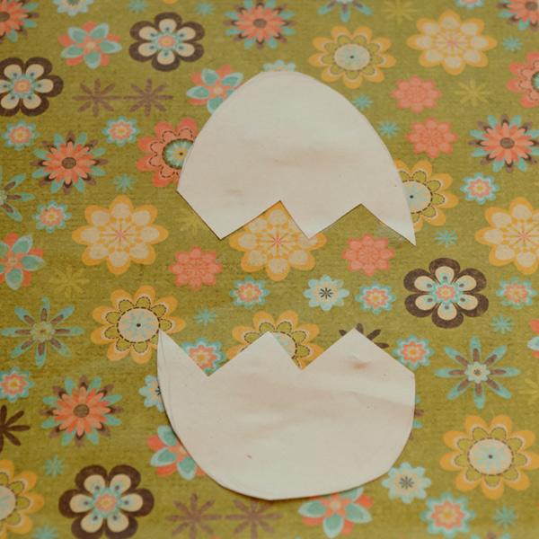 Вырежьте из бумаги скорлупку и приклейте её к листу цветной бумаги