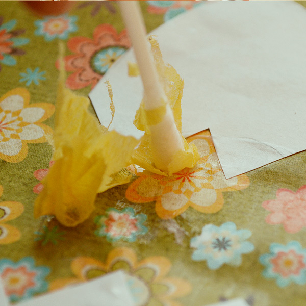 Смажьте клеем место, где нужно приклеить бумагу и приклеить ее