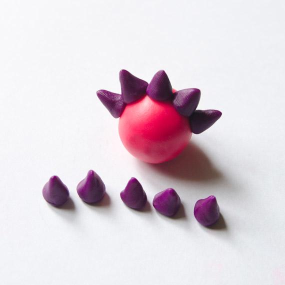 Сделайте из фиолетового пластилина небольшие конусы