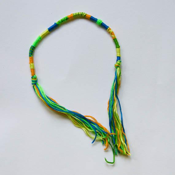 В конце завяжите узел и отрежьте лишние нитки