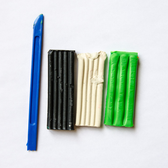 Нам понадобится пластилин зелёного, чёрного и белого цветов