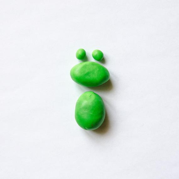 Из зелёного пластилина сделайте продолговатые туловище и голову, а также 2 небольших зелёных шарика - основу под глаза