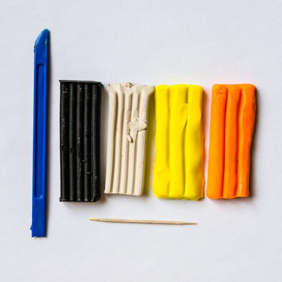 Нам понадобится пластилин жёлтого, оранжевого, чёрного и белого цветов, а также зубочистка