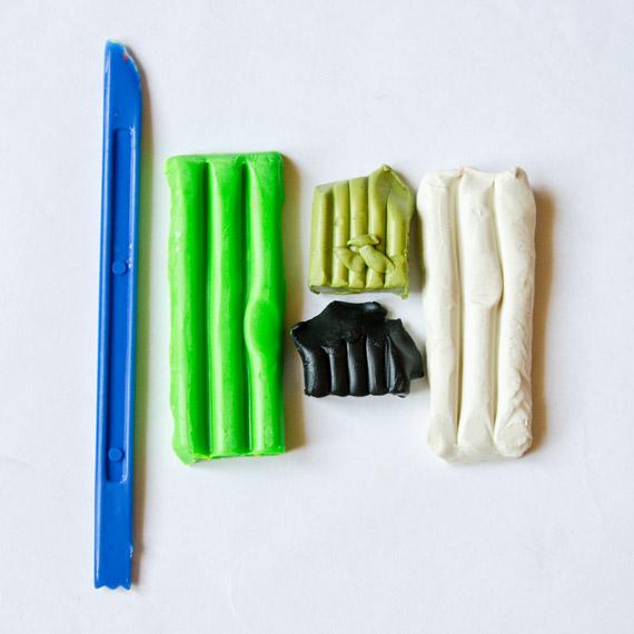 Приготовьте пластилин и материалы