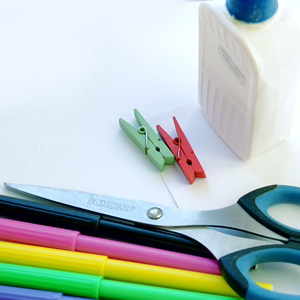 Приготовьте прищепку, бумагу, клей, карандаши или фломастеры
