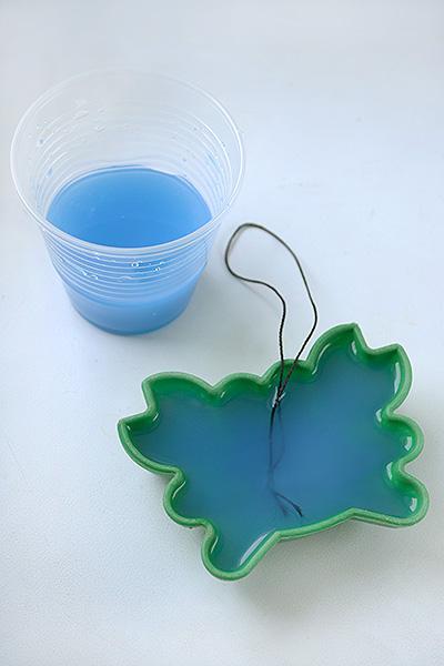 Заморозьте подкрашенную воду, предварительно опустив в воду нитку