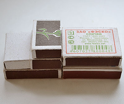 Приклейте к полученной заготовке сбоку два коробка и наверх оставшуюся половинку