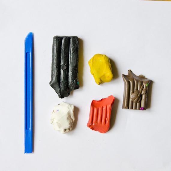 Приготовьте пластилин нужных цветов и нож для пластилина