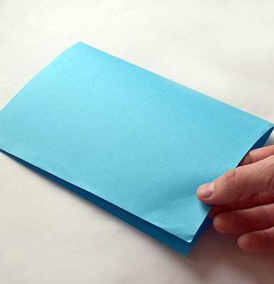 Согните лист бумаги пополам по длинной стороне