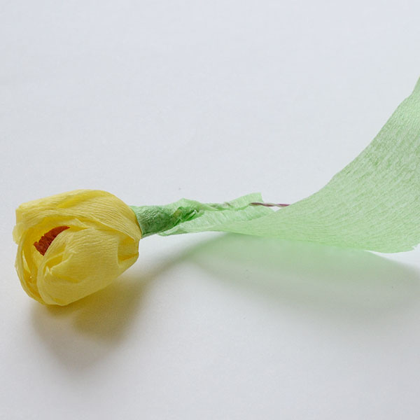 Обмотайте проволоку полоской бумаги, смазанной клеем
