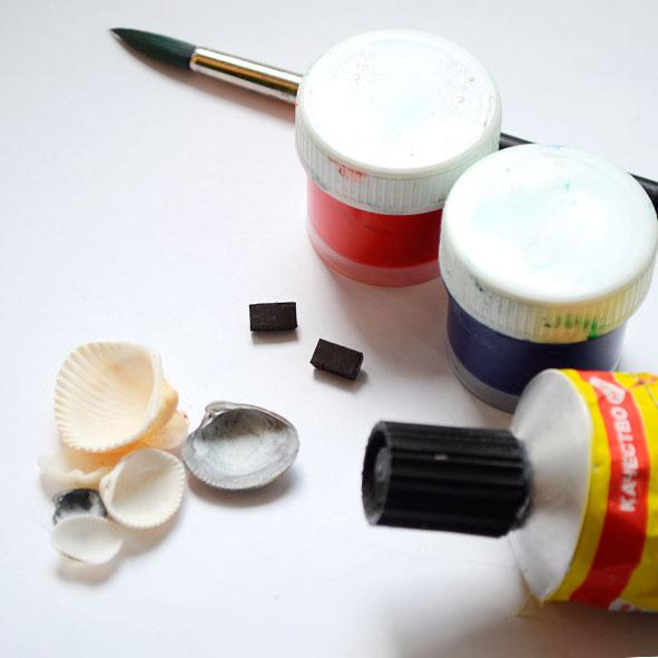 Подберите ракушки, клей, краску и магниты
