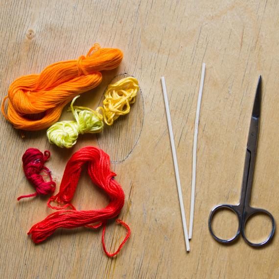 Приготовьте нитки, палочки и ножницы