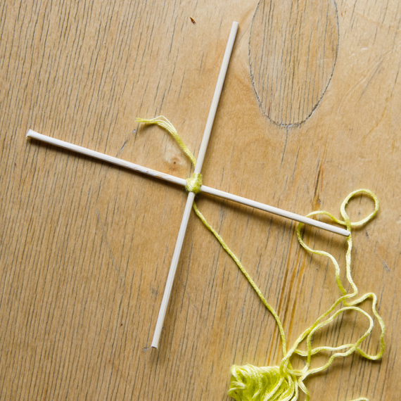 Разверните палочки перпендикулярно друг другу и продолжите наматывать нитку крест-накрест
