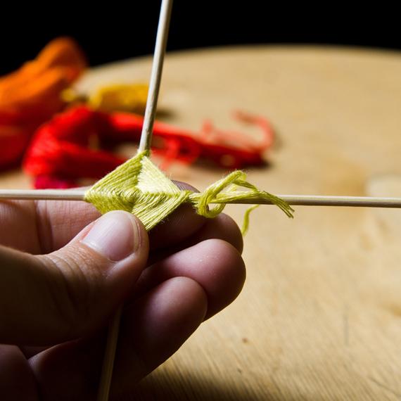 Закрепите нитку с помощью одинарного узелка, оставляя кончик в 2-3 см, который в дальнейшем также нужно будет оплести ниткой следующего цвета