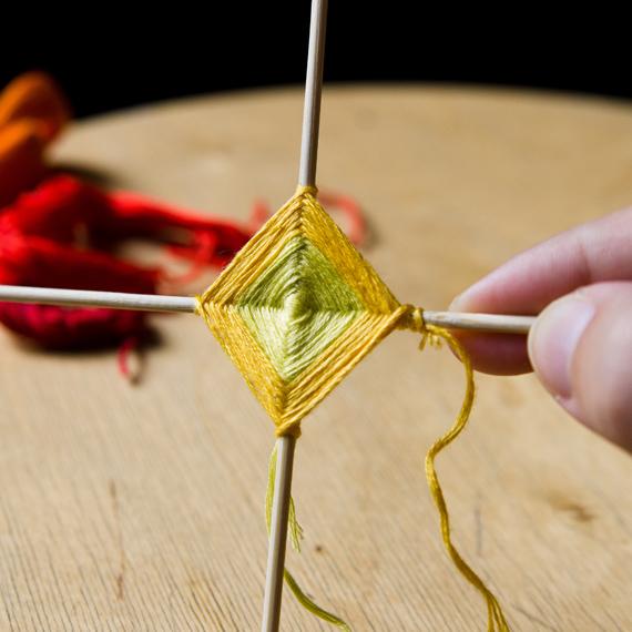 Не забудьте по время плетения поправлять палочки, чтобы они были четко перпендикулярны друг другу