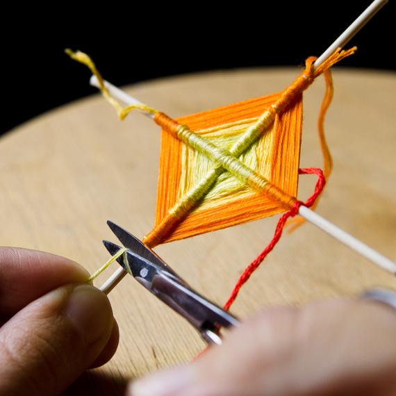 Продолжайте наматывать нитки разных цветов. Кончики ниток, когда они уже достаточно обмотаны и закреплены, можно периодически обрезать