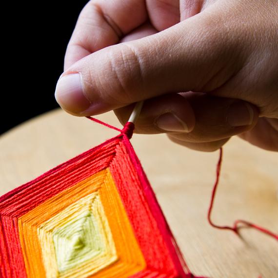 Когда вы решите, что мандала уже достаточного размера, сделайте последний ряд: нитку намотайте вдоль каждой палочки примерно на 0,5 - 1 см, чтобы получились столбики